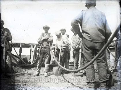 Civiele arbeiders storten beton op het dak van de bomvrije kazerne van Fort bij Spijkerboor.