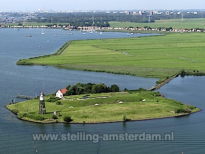 Luchtfoto van Kustbatterij bij Durgerdam alias Vuurtoreneiland