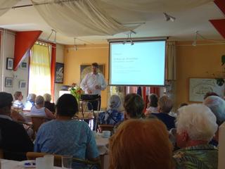René Ros geeft lezing in bergloods van Fort bij Abcoude.