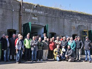 Groepsfoto van de deelnemers, op Fort bij Kudelstaart.