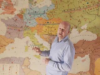 Diederik van Vleuten presenteert de aflevering over Nederland tijdens de Eerste Wereldoorlog.