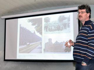 René Ros tijdens een lezing in het Fort bij Veldhuis.