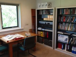 De boekenkasten van de bibliotheek.
