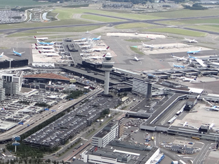 De stationsgebouwen van Vliegveld Schiphol anno 2016.
