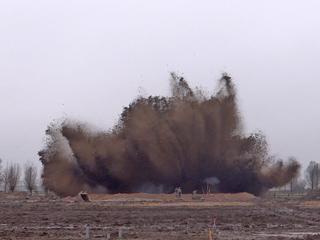 De explosie van een 250 kg vliegtuigbom op zijn hoogtepunt.