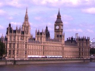 Het Britse parlementsgebouw aan de Thames in Londen.