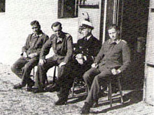 Geinterneerde Duitse militairen op Fort bij Spijkerboor.